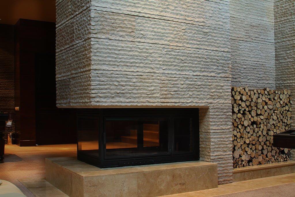 foto kamina v foyye, otdelannyy natural'nym kamnem v luchshem otele Stepanakerta