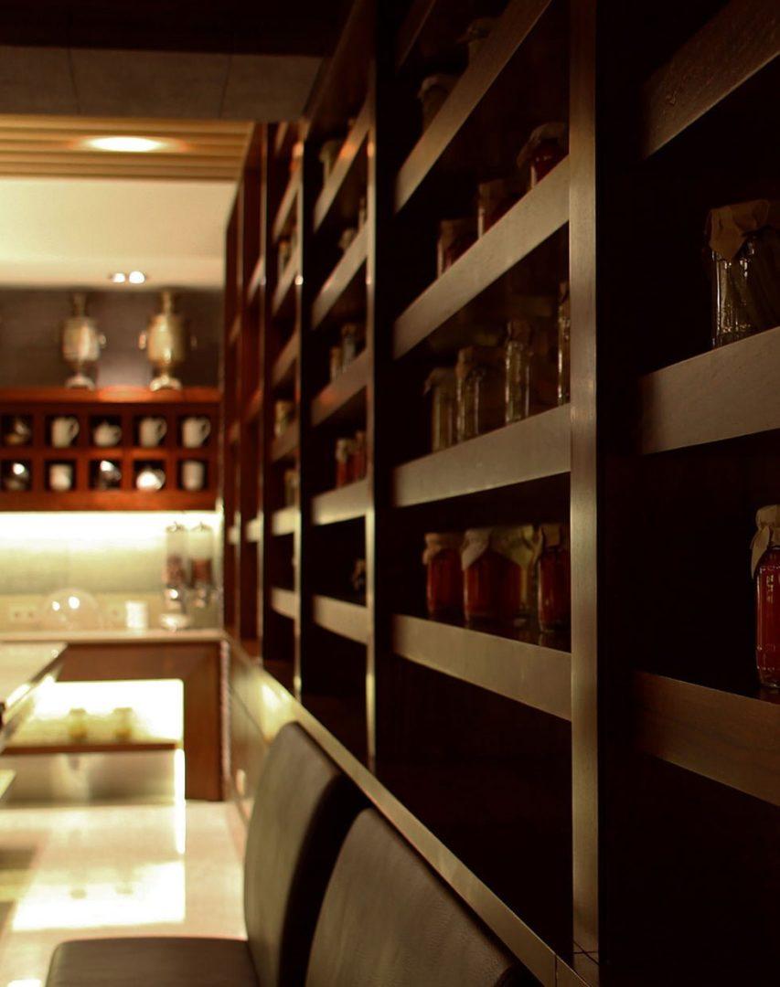 foto stellazha s bankami varen'ya v restorane gostinitsy VALLEKS GARDEN