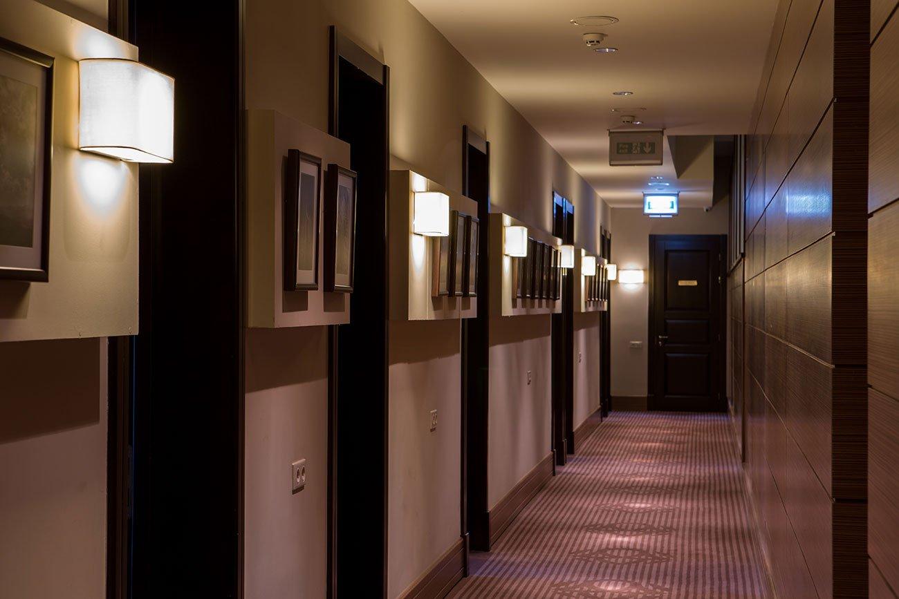 fotografiya inter'yera koridora s vkhodami v nomera v gostinitse VALLEKS GARDEN