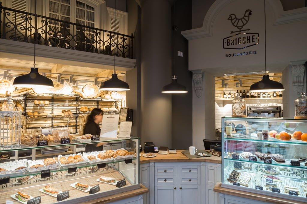 фото дизайна и декорирования зоны обслуживания гостей с прилавками в кафе БРИОШ