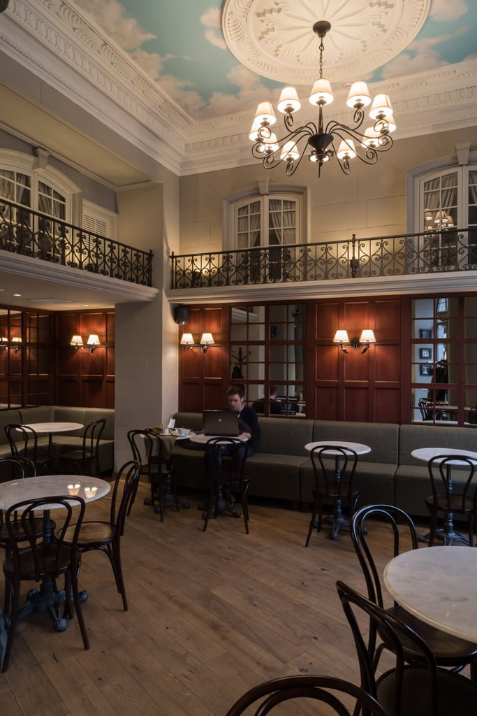 фото Интерьера общего зала переносит посетителей кафе БРИОШ в семейное кафе Парижа