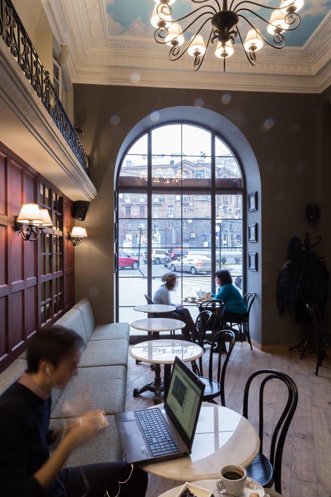 фото решения интерьера общего зала с посетителями кафе БРИОШ, Ереван, Армения