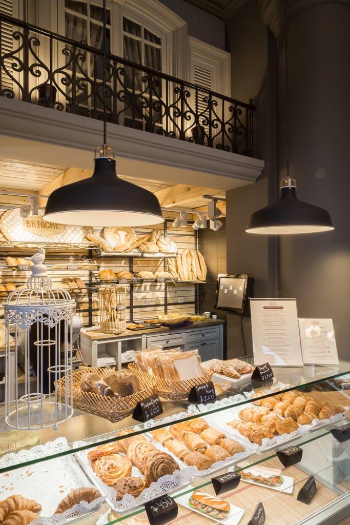 фотография дизайна рабочей зоны с прилавком и французской выпечкой в кафе БРИОШ