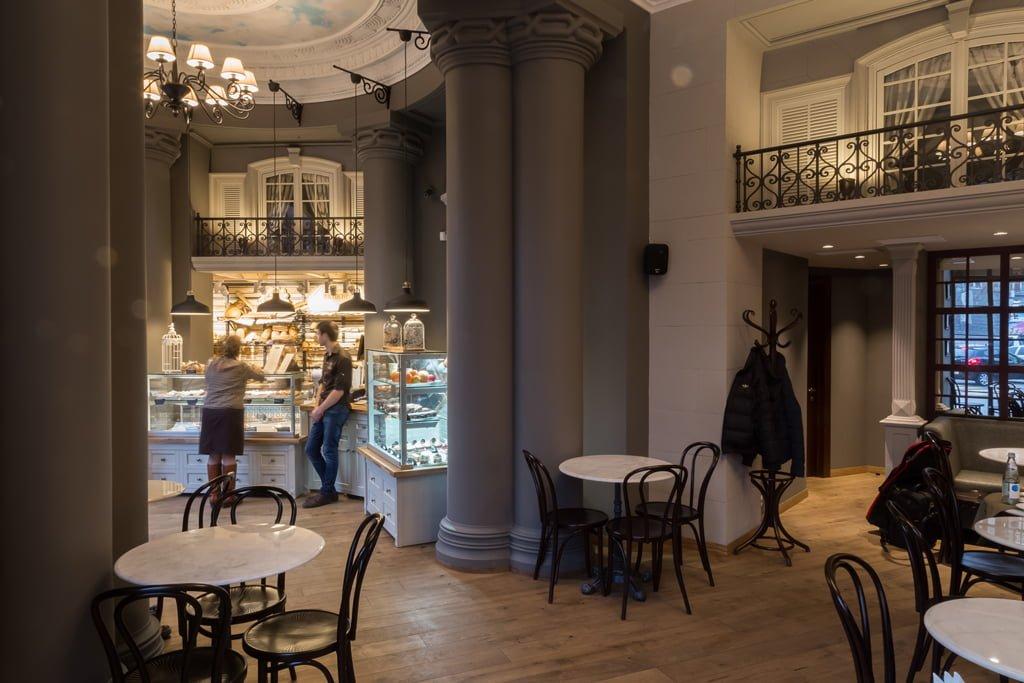 фотография вида из общего зала на интерьер кафе пекарни БРИОШ, Ереван, Армения