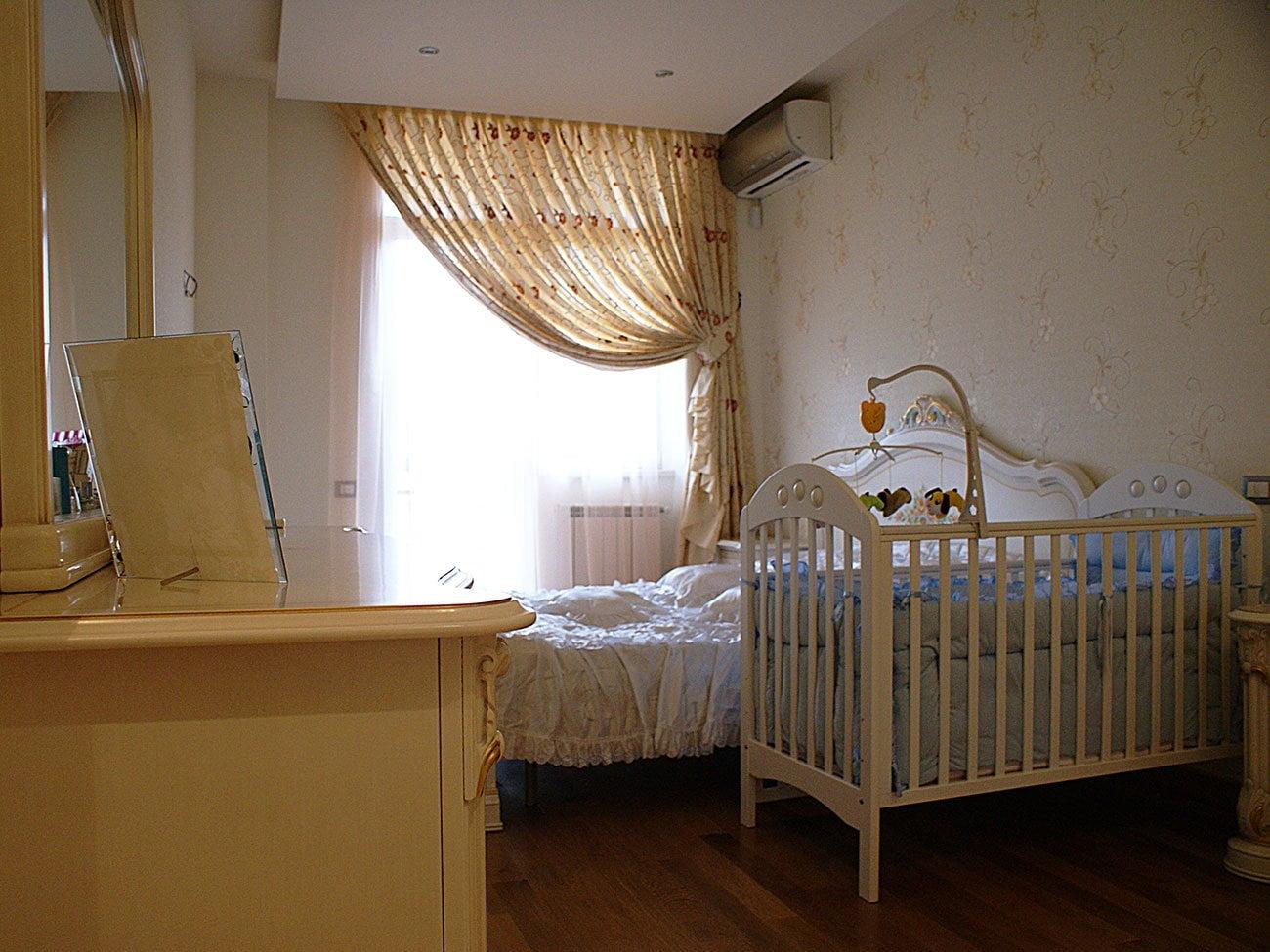 фото спальни семьи с маленьким ребёнком выполненной в спокойных пастельных тонах