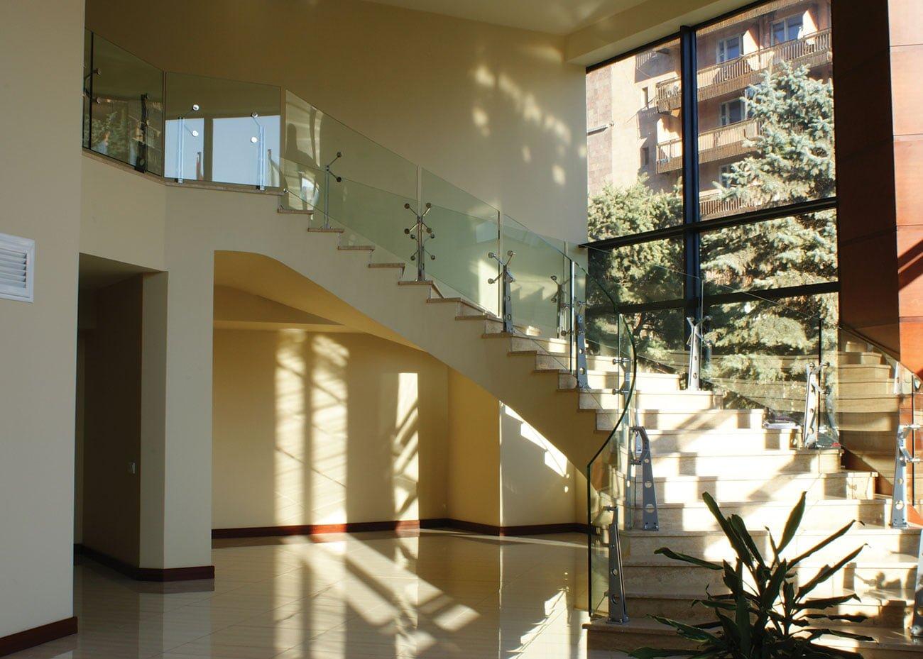 большая лестница на 2 этаж в ЭРЕБУНИ ПЛАЗА Бизнес центр класса люкс