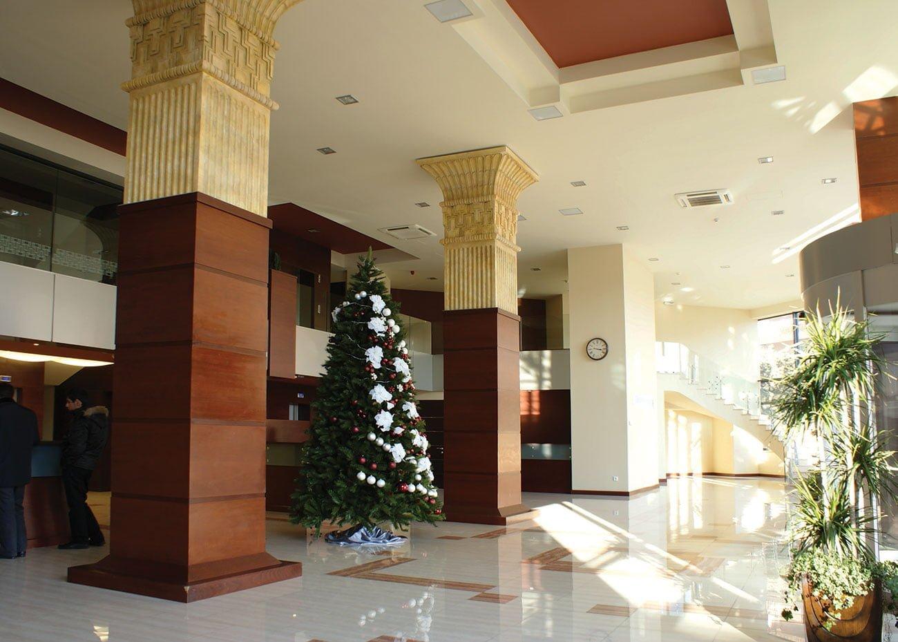 холл с высокими потолками в ЭРЕБУНИ ПЛАЗА Бизнес центр класса люкс