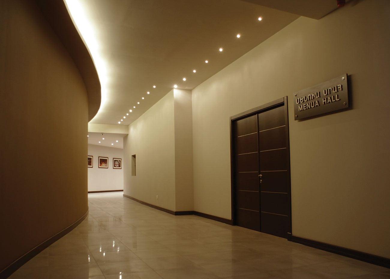 коридор со входами в офисы и кабинеты в ЭРЕБУНИ ПЛАЗА Бизнес центр класса люкс