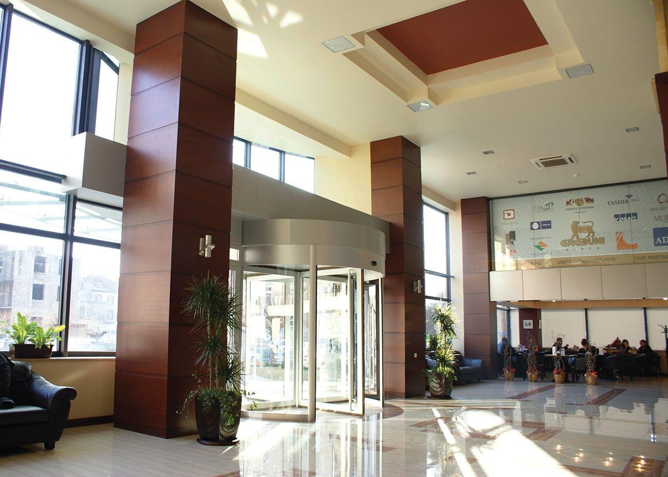 фойе с панорамными окнами в ЭРЕБУНИ ПЛАЗА Бизнес центр класса люкс
