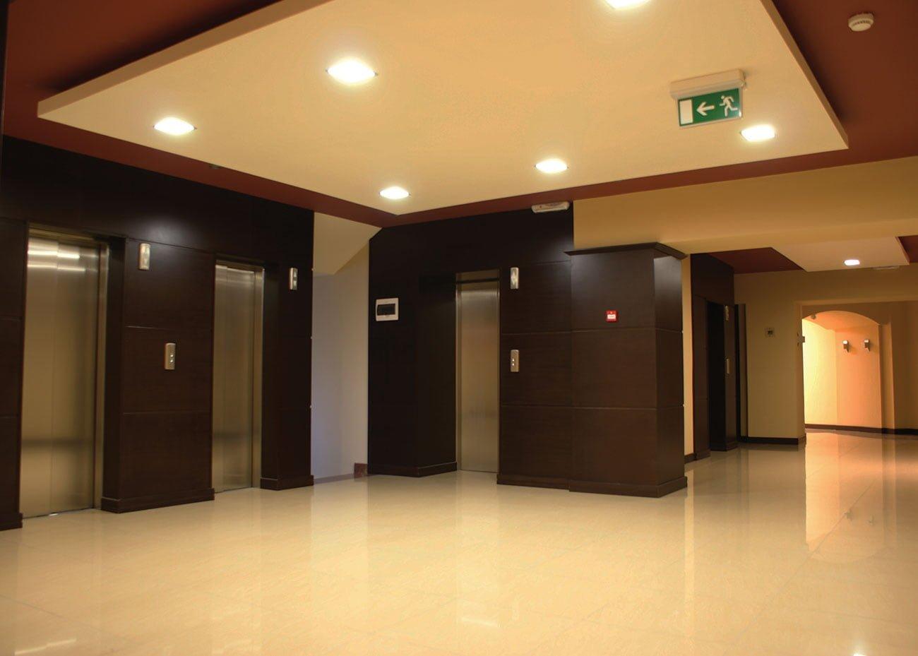 общее фойе со входами в офисы в ЭРЕБУНИ ПЛАЗА Бизнес центр класса люкс