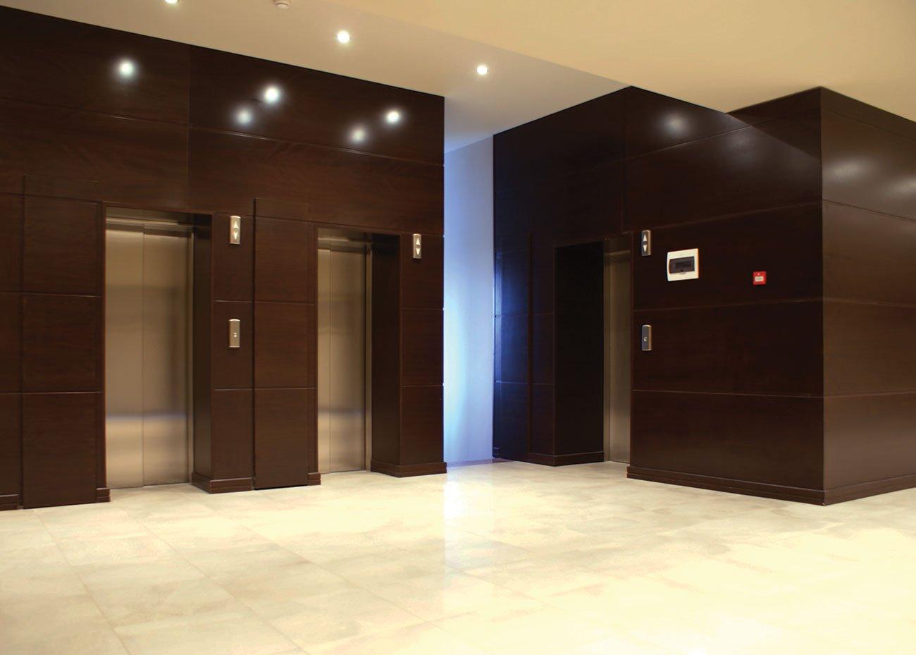 холл со входами в офисы и кабинеты в ЭРЕБУНИ ПЛАЗА Бизнес центр класса люкс