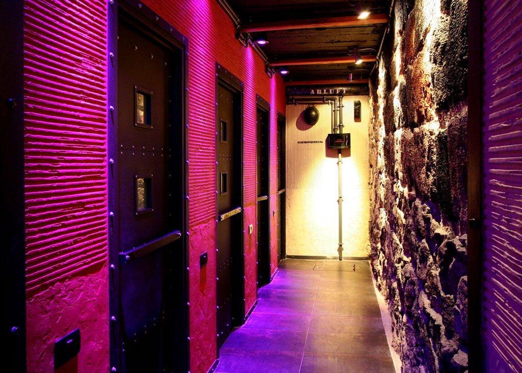 foto oformleniya inter'yera RGB podsvetkoy restorana i launzh-bara BOBS, Yerevan