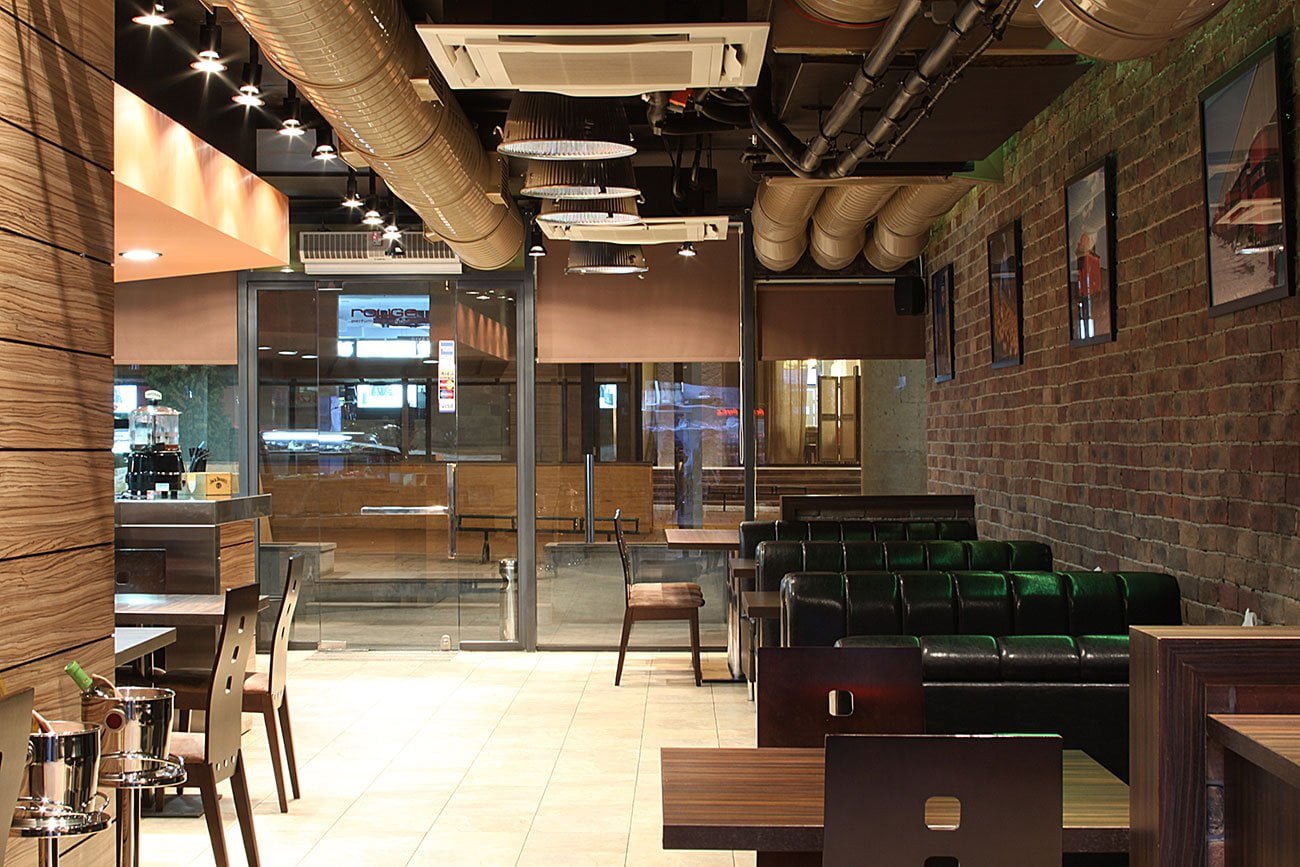foto JUST Kafe-zakusochnaya otdelka derevyannymi panelyami i dekorativnym kirpichom