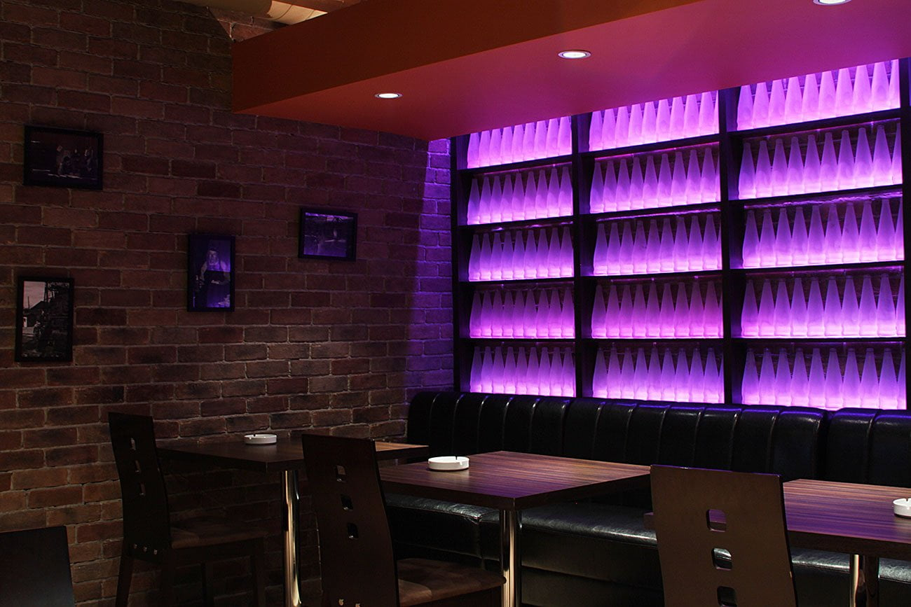 foto KAFE JUST КАФЕ ДЖАСТ где настроение посетителей меняет RGB подсветка элементов интерьера