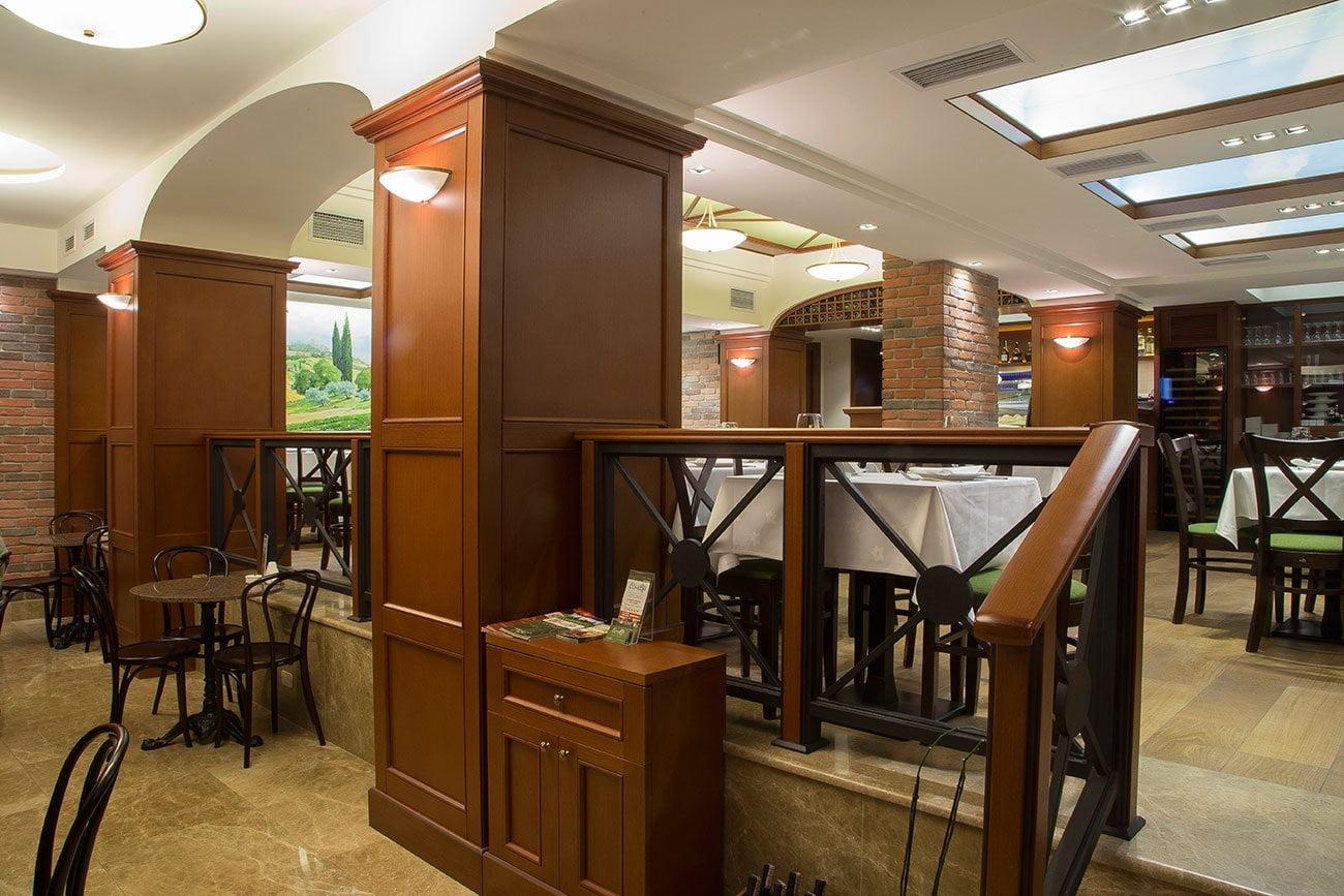 foto vkhodnoy gruppy (dva urovnya) v ital'yanskiy restoran OLIVA v Yerevane, Armeniya