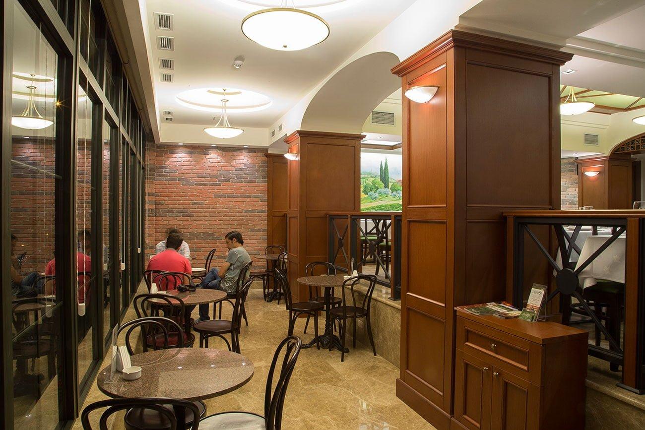 foto nizhnego urovnya restorana s panoramnymi oknami i vykhodom k ulichnomu kafe