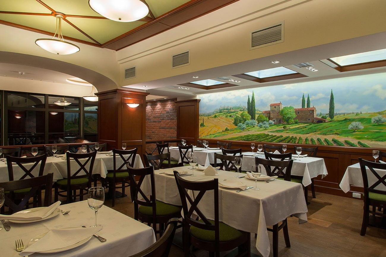 foto inter'yera obshchego zala restorana, dizayn stilizovan pod ital'yanskuyu klassiku