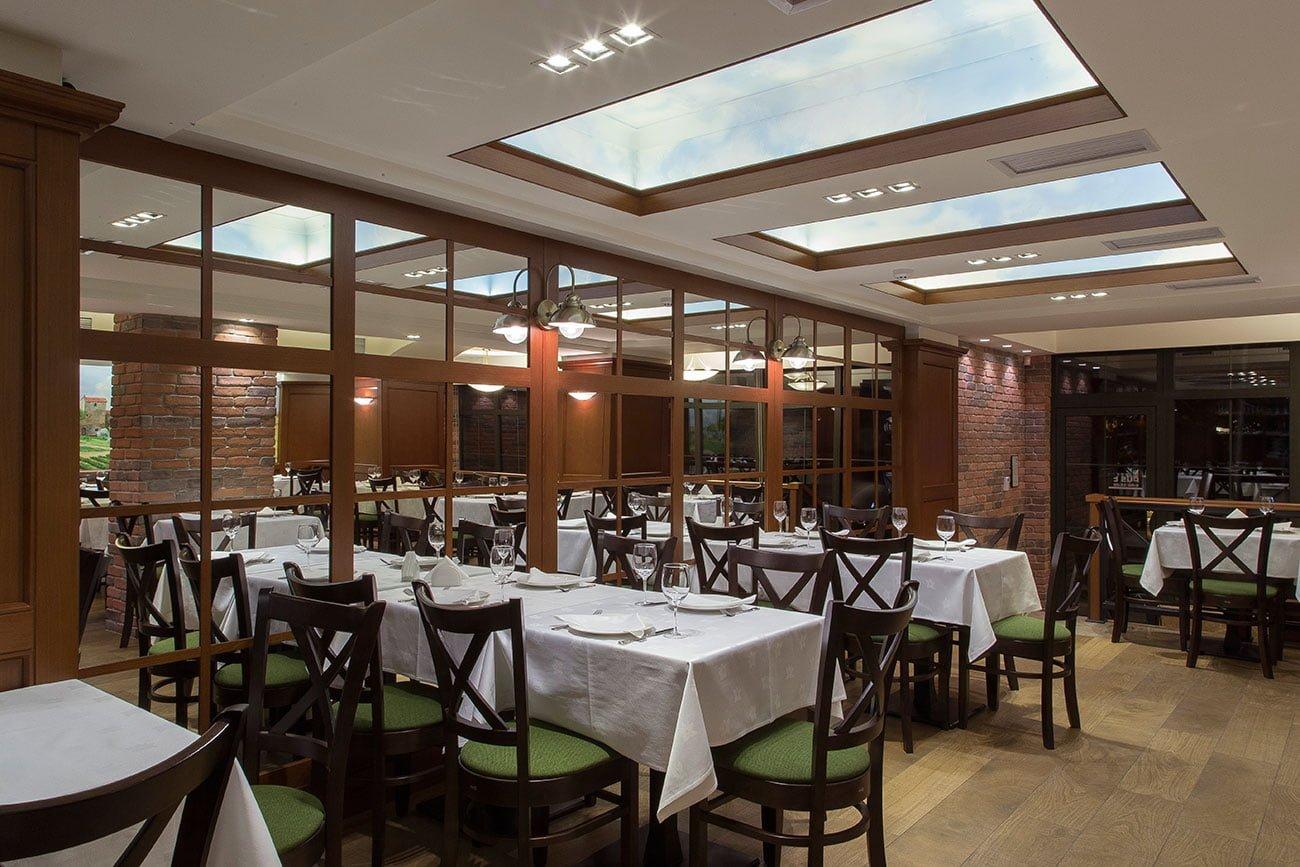foto bol'shogo zala na verkhnem urovne s panoramnymi oknami v restorane OLIVA