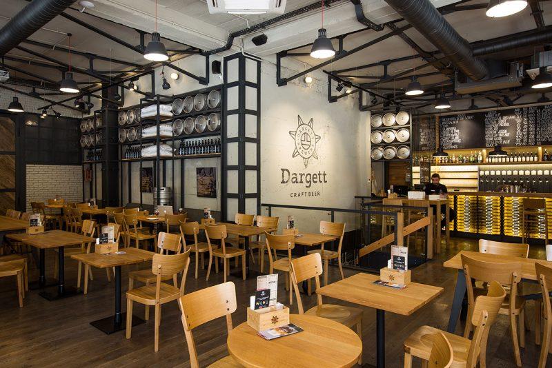 foto inter'yera obshchego zala i bara v pivovarne-restorane DARGET, Yerevan