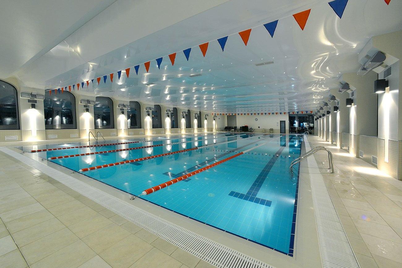 fotografiya bol'shogo sportivnogo basseyna v fitnes-klube gostinitsy VALLEKS GARDEN