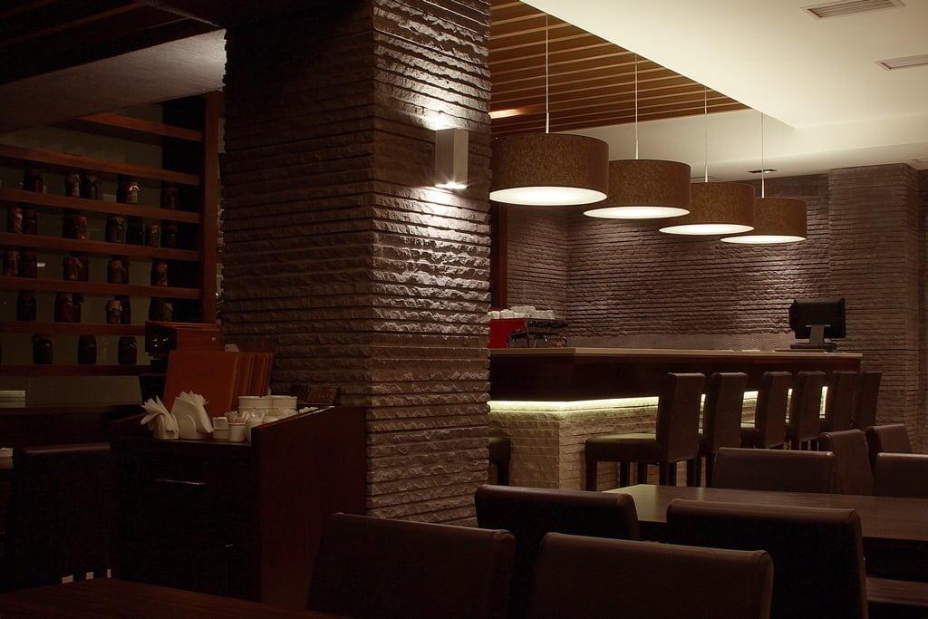 foto barnoy stoyki s plafonami v restorane gostinitsy VALLEKS GARDEN, Stepanakert
