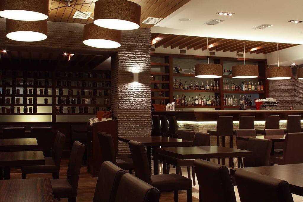 foto vida iz zala na barnuyu stoyku (rakurs 5) v restorane gostinitsy VALLEKS GARDEN