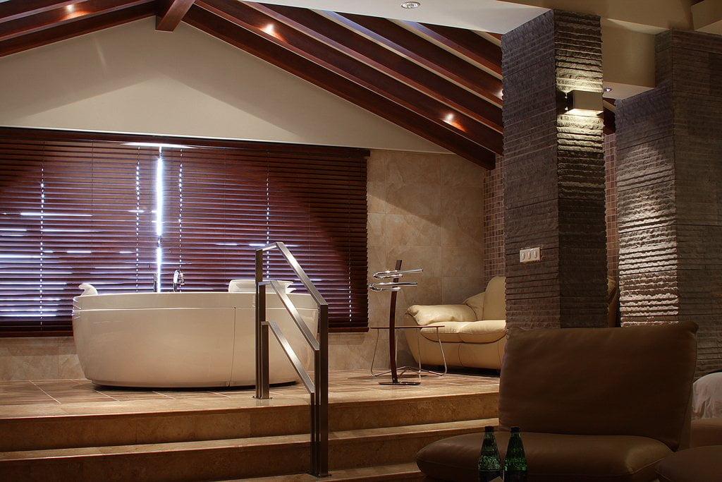 Вид на ванную комнату из зоны отдыха в президентском Люксе, в гостинице ВАЛЛЕКС ГАРДЕН
