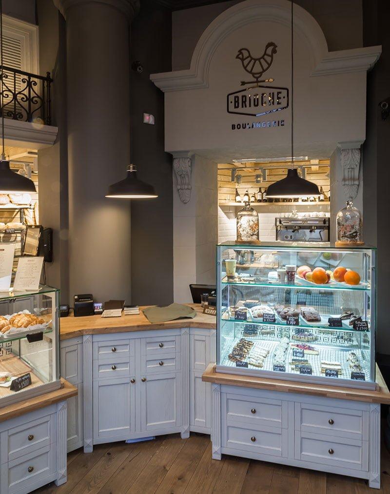 fotografiya zala prodazh so stellazhami i vypechkoy v kafe-frantsuzskoy pekarni BRIOSH