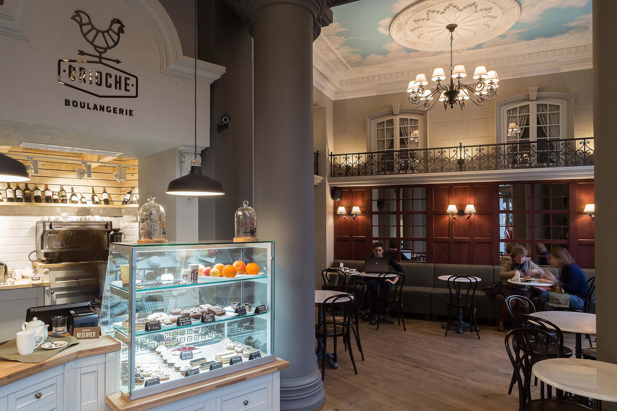 fotografiya vida iz torgovogo zala kafe-pekarni BRIOSH na zal-kafe