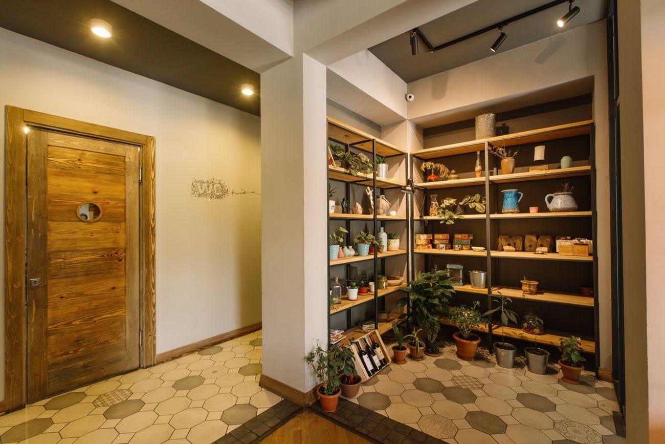 foto oformleniya vkhodnoy gruppy i koridora v kafe IT & FIT