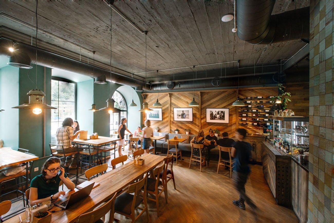 panoramnoye foto obshchego zala kafe IT & FIT s gostyami