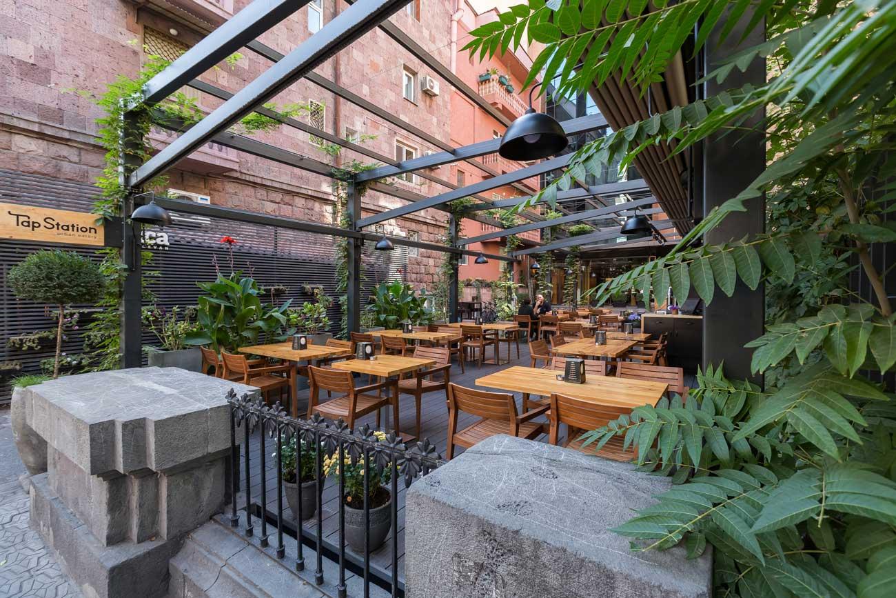 foto otkrytoy terrasy kafe tep steyshn so storony ulitsy