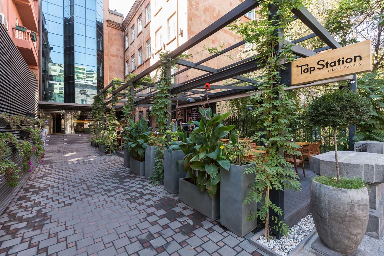 foto vkhoda v letneye kafe i restoran s terrasoy u gostinitsy Republika, Yerevan