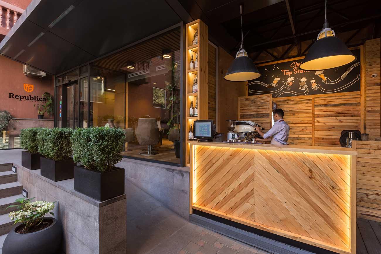 foto vkhodnoy gruppy v zal i letniy bar kafe tep steyshn TEP STEYSHN, Yerevan