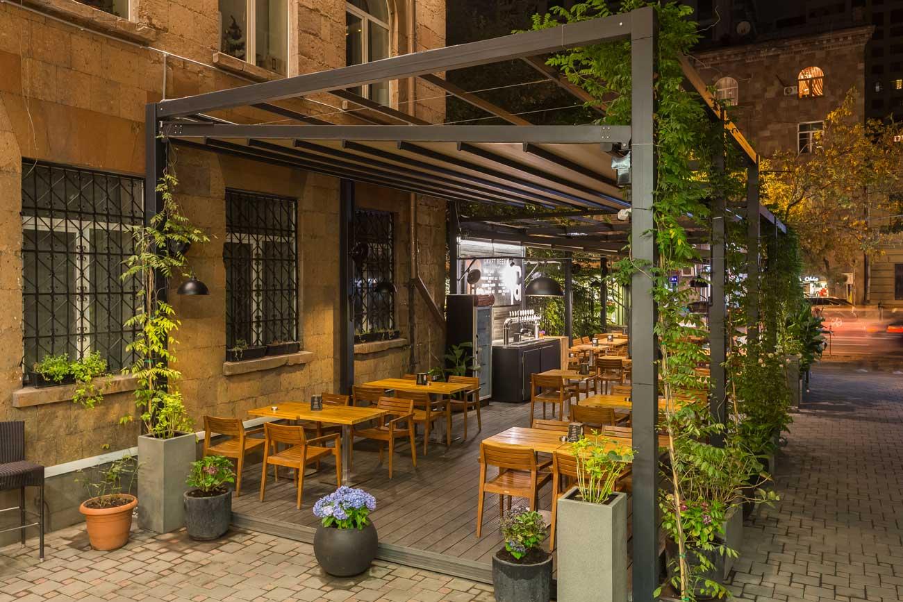 foto otkrytoy terrasy kafe tep steyshn so storony gostinitsy