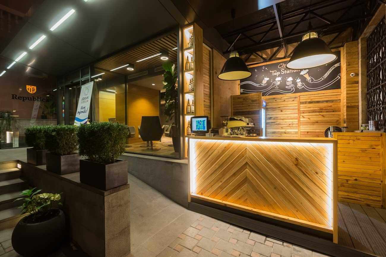 foto letniy bar kafe tep steyshn v tomnoye vremya sutok