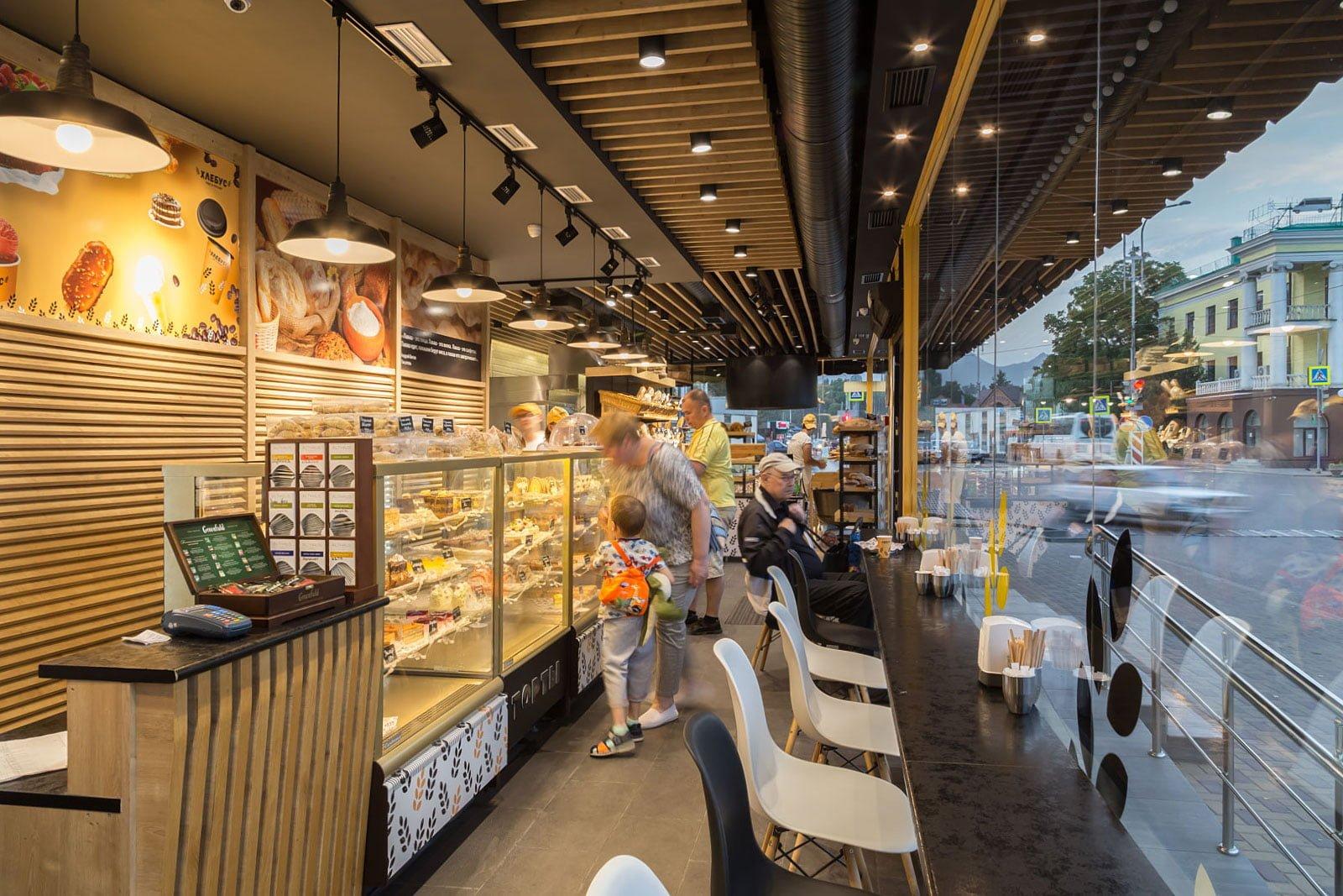 foto inter'yera torgovogo zala kafe v pekarne v moment obsluzhivaniya posetiteley