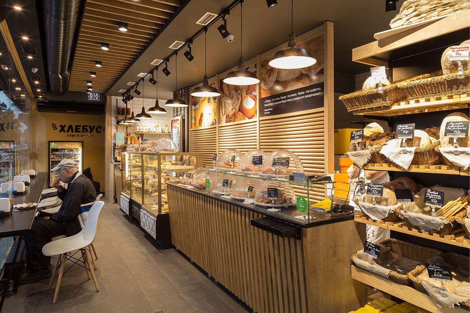 foto torgovogo zala kafe v pekarne s vypechkoy i posetitelyami