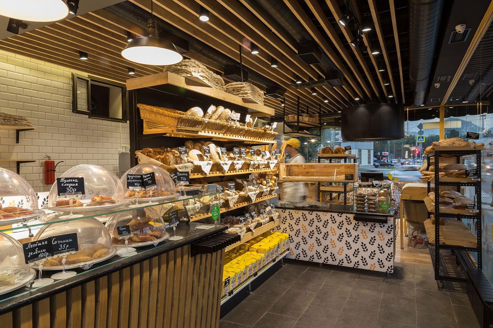 foto torgovogo zala kafe v pekarne s stellazhami i prilavkami gotovoy produktsii
