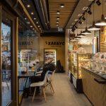 foto sleva vnutrennego inter'yera kafe v pekarne s posetitelem
