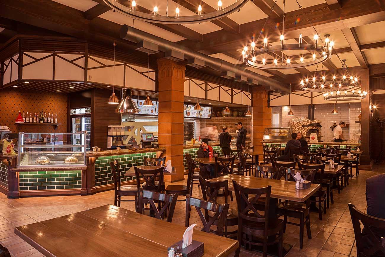 фото дизайна интерьера общего зала с посетителями в ресторане БИСТРО КИЛИКИЯ