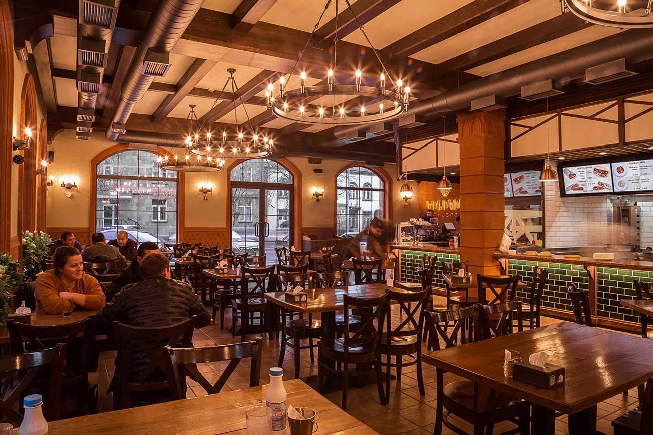 фотография интерьера общего зала с посетителями в ресторане КИЛИКИЯ БИСТРО Гюмри