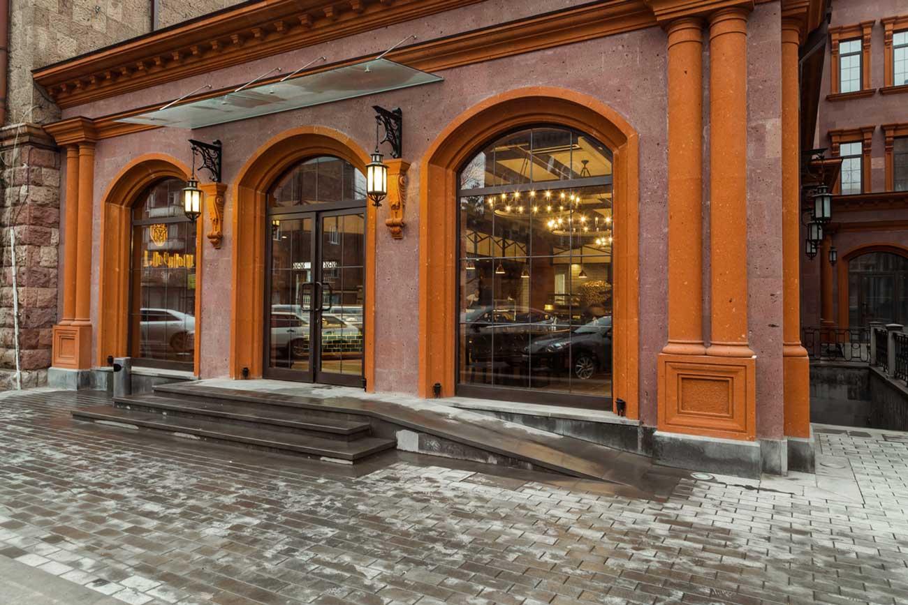fotografiya vkhodnoy gruppy v restoran KILIKIYA BISTRO s ulitsy, Gyumri, Armeniya