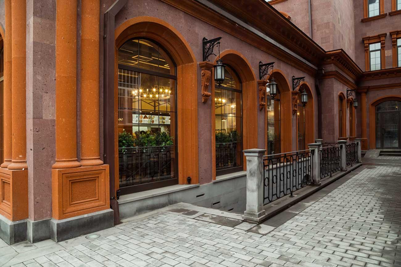 fotografiya vida na restoran KILIKIYA BISTRO s ulitsy, Gyumri, Armeniya