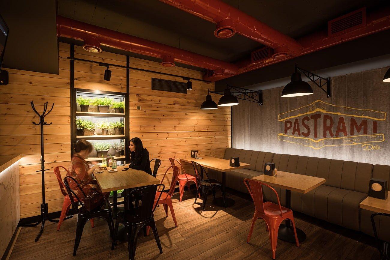 foto vida obshchego zala myasnogo restorana PASTRAMI s gostyami, Yerevan, Armeniya