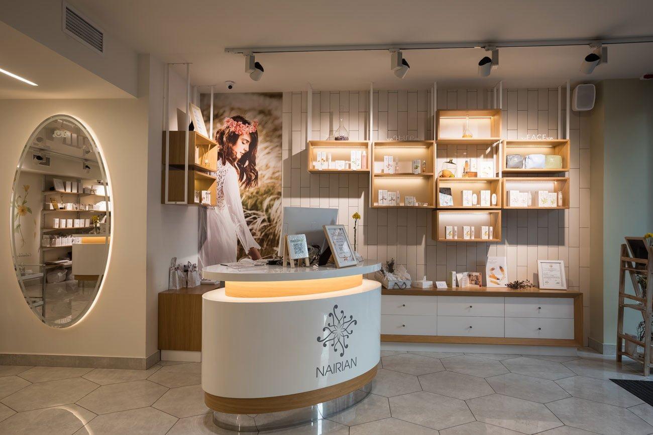 фотография торгового зала со стойкой менеджера в магазине косметики НАИРИАН