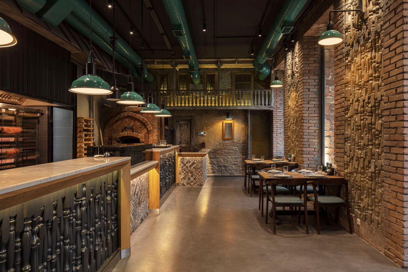 фотография входа в ресторан Ктур небольшой зал, кухня с грилем и каменной печью