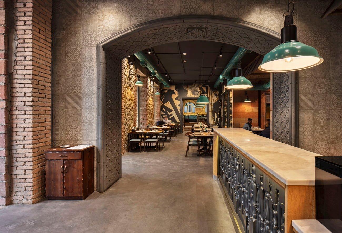 фотография вида от входа на основной зал ресторана Ктур с авторской отделкой стен