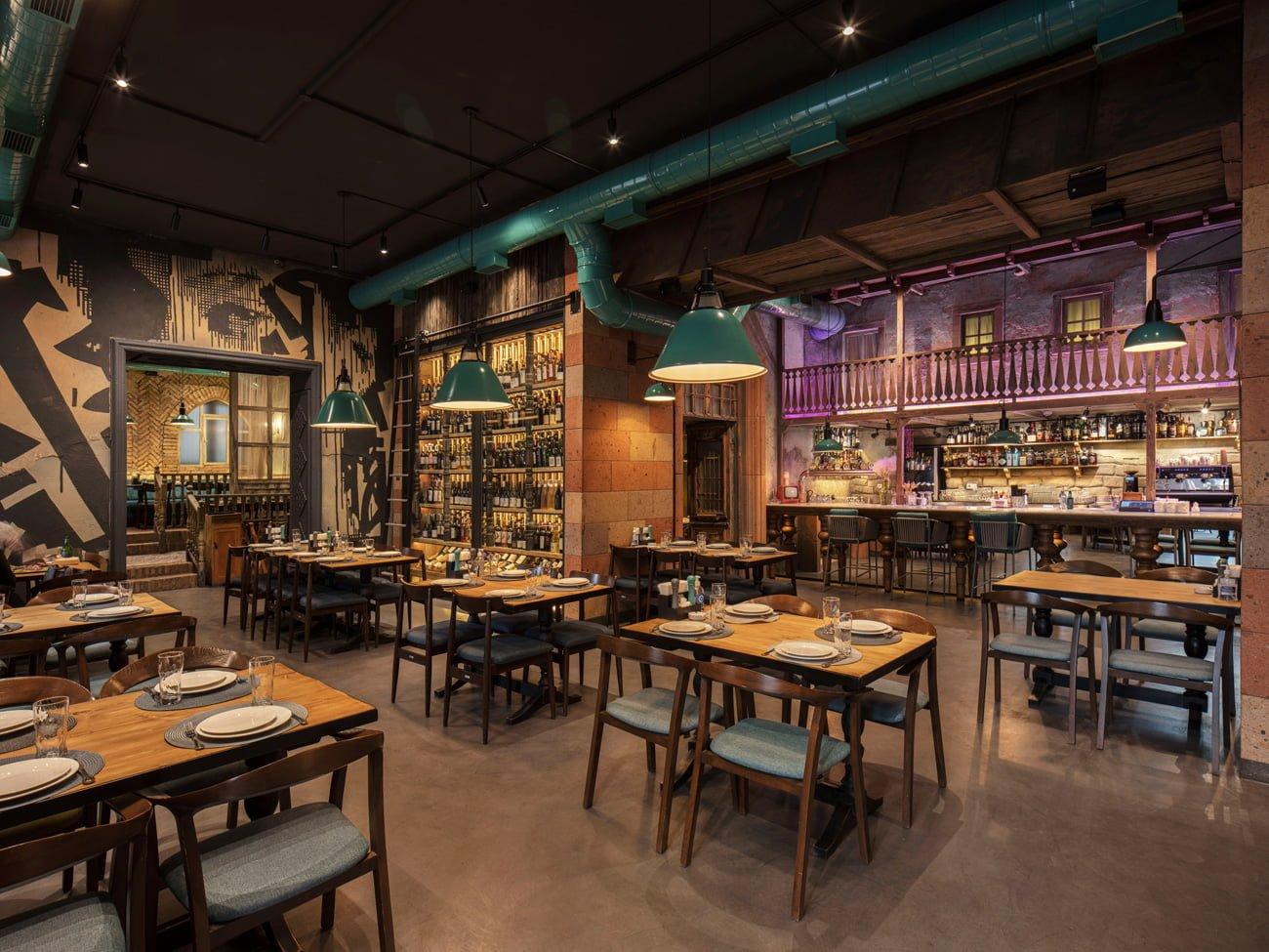 фото интерьера основного зала ресторана Ктур с барной стойкой и винным шкафом