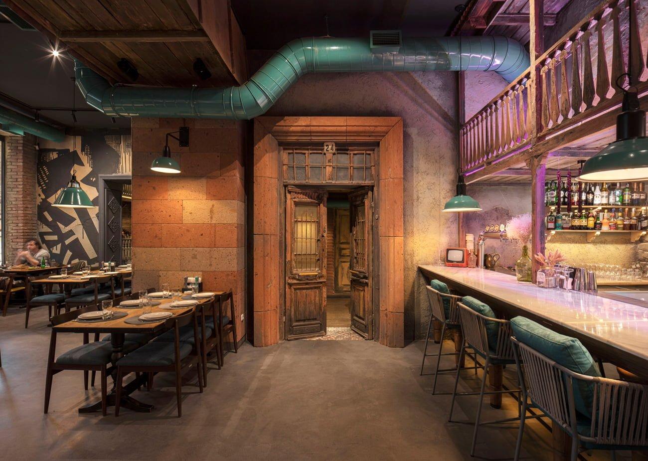 фото массивной старой деревянной двери открывающую вход в уединённую VIP зону
